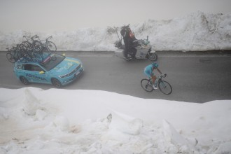 First rider up the snow-covered Colle dell'Agnello (2744m) is veteran Michele Scarponi (ITA/Astana) and thus 'winner' of the Cima Coppi; the 1st rider to cross the highest peak in the Giro.  stage 19: Pinerolo(IT) - Risoul(FR) 162km 99th Giro d'Italia 2016