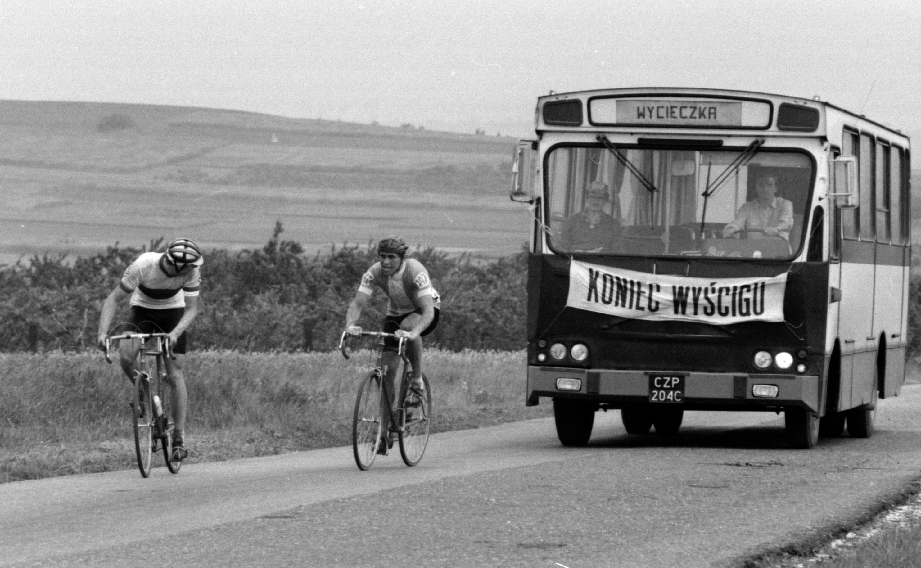 Czestochowa Mistrzostwa Polski seniorow w kolarstwie szosowym 1984 r.Autobus z napisem koniec wyscigu. Fot. Jan Rozmarynowski /Forum